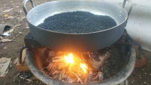 Đậu đen rang trên bếp củi - sao vàng hạ thổ
